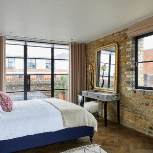 ロンドンのコンテンポラリースタイルのおしゃれな寝室 (茶色い壁、濃色無垢フローリング、茶色い床、レンガ壁) のレイアウト