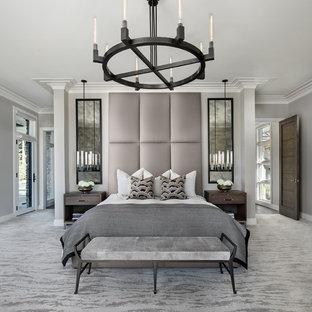 デトロイトのコンテンポラリースタイルのおしゃれな主寝室 (グレーの壁、カーペット敷き、暖炉なし、グレーの床) のインテリア