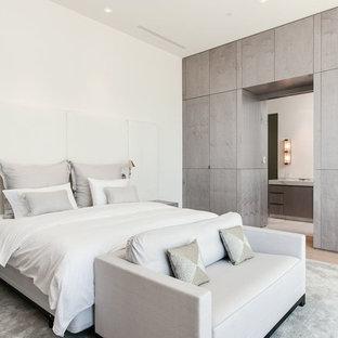 Großes Modernes Hauptschlafzimmer ohne Kamin mit weißer Wandfarbe, hellem Holzboden und weißem Boden in Miami