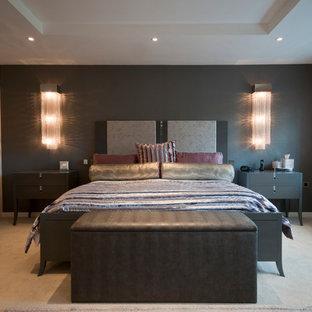 Inredning av ett modernt sovrum, med grå väggar, heltäckningsmatta och beiget golv