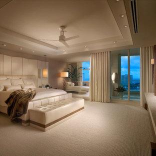 マイアミのコンテンポラリースタイルのおしゃれな主寝室 (カーペット敷き、暖炉なし、グレーの壁) のインテリア