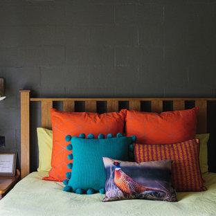 Modelo de dormitorio principal y ladrillo, contemporáneo, de tamaño medio, ladrillo, con paredes verdes, moqueta, suelo verde y ladrillo