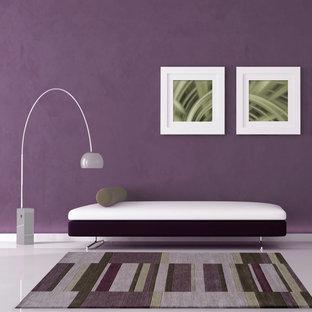Foto de dormitorio contemporáneo con paredes púrpuras y suelo de mármol