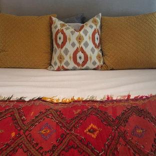 Imagen de dormitorio principal, de estilo americano, grande, con paredes amarillas