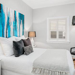 Foto de habitación de invitados contemporánea, pequeña, con paredes grises, suelo marrón y suelo de madera en tonos medios