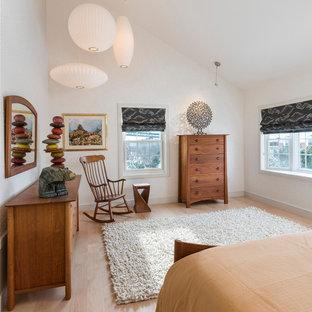 Exempel på ett klassiskt sovrum, med vita väggar, mellanmörkt trägolv och brunt golv