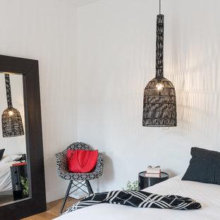 Diseño de habitación de invitados actual con suelo de madera en tonos medios, paredes blancas y suelo multicolor