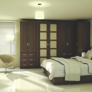 Ejemplo de dormitorio principal, actual, grande, con paredes beige y suelo de mármol