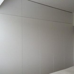 Idee per una grande camera matrimoniale minimal con pareti grigie, moquette e nessun camino