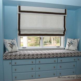 ワシントンD.C.の中サイズのコンテンポラリースタイルのおしゃれな客用寝室 (青い壁、無垢フローリング、暖炉なし) のインテリア