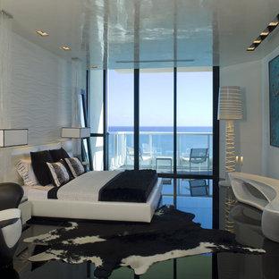Immagine di una camera da letto minimalista con pareti bianche, pavimento con piastrelle in ceramica e pavimento nero