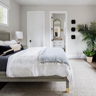 サンフランシスコの広いトランジショナルスタイルのおしゃれな主寝室 (グレーの壁、無垢フローリング、ベージュの床) のインテリア