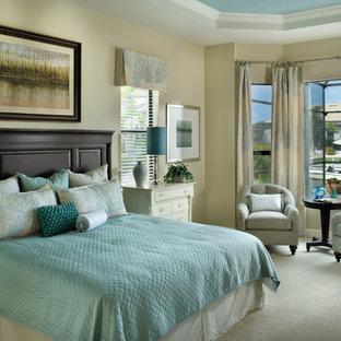 Imagen de dormitorio principal, tradicional renovado, grande, con paredes beige y moqueta