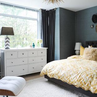 Ejemplo de dormitorio principal, retro, pequeño, con paredes azules, moqueta y suelo blanco