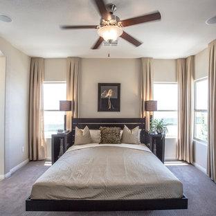Идея дизайна: гостевая спальня среднего размера в современном стиле с бежевыми стенами, ковровым покрытием, фасадом камина из штукатурки и серым полом без камина