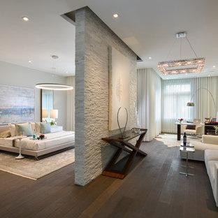 Inspiration för ett mycket stort funkis huvudsovrum, med grå väggar, mörkt trägolv och brunt golv