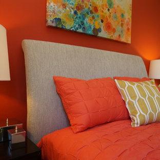 Ispirazione per una camera da letto contemporanea di medie dimensioni con pareti arancioni