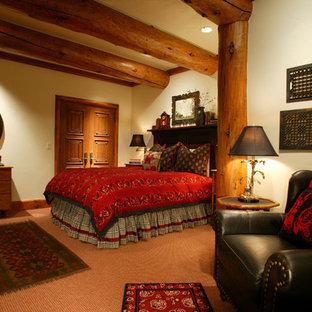 Ejemplo de habitación de invitados rural, de tamaño medio, sin chimenea, con paredes beige, moqueta y suelo rojo