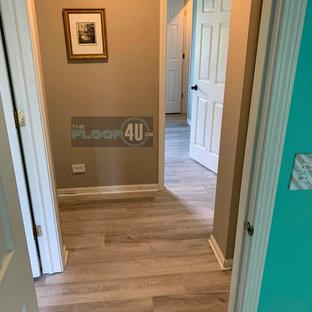 Diseño de dormitorio principal, actual, de tamaño medio, con paredes azules, suelo vinílico y suelo gris