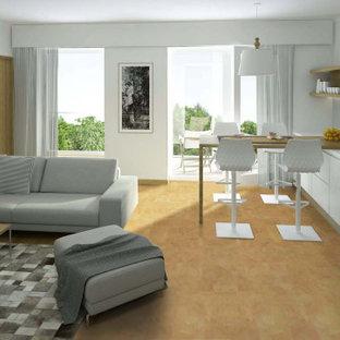 Imagen de dormitorio principal, moderno, grande, con paredes marrones, suelo de corcho y suelo marrón