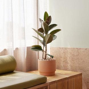 Modelo de habitación de invitados contemporánea, extra grande, con paredes beige, suelo de corcho y suelo beige