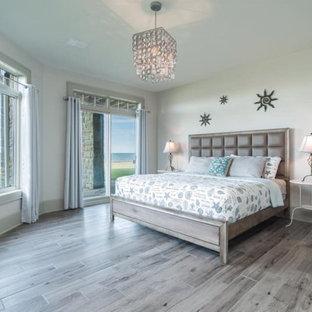 Inredning av ett shabby chic-inspirerat stort gästrum, med beige väggar, klinkergolv i porslin och grått golv