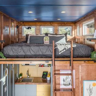 Ejemplo de dormitorio tipo loft, industrial, con paredes marrones