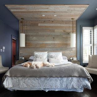 Imagen de dormitorio principal, clásico renovado, con paredes azules y suelo de madera oscura