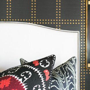 Inspiration för ett mellanstort medelhavsstil gästrum, med svarta väggar