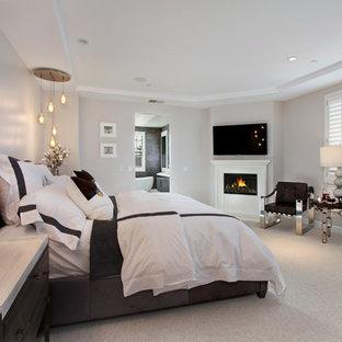 ロサンゼルスの中くらいのモダンスタイルのおしゃれな主寝室 (ベージュの壁、カーペット敷き、コーナー設置型暖炉、木材の暖炉まわり) のレイアウト