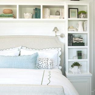 Diseño de dormitorio principal, marinero, de tamaño medio, con paredes blancas y suelo de madera clara