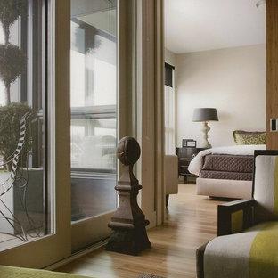 Foto de dormitorio tipo loft, contemporáneo, de tamaño medio, sin chimenea, con paredes blancas y suelo de madera clara