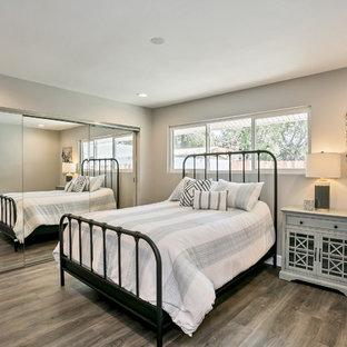 Ejemplo de dormitorio principal, campestre, de tamaño medio, sin chimenea, con paredes grises, suelo vinílico y suelo gris