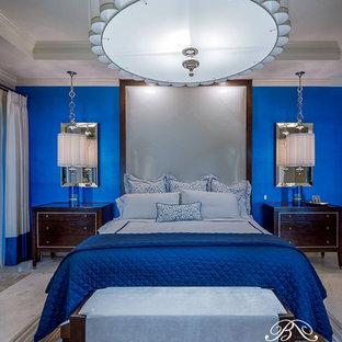 Свежая идея для дизайна: большая хозяйская спальня в современном стиле с бежевыми стенами и мраморным полом без камина - отличное фото интерьера