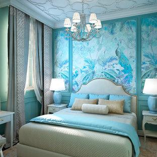 Cette photo montre une petit chambre parentale chic avec un mur bleu, sol en stratifié et un sol marron.