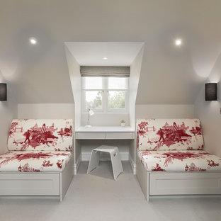Imagen de dormitorio principal, clásico renovado, grande, con moqueta, suelo gris y paredes grises