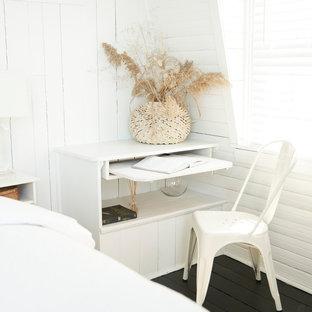 Diseño de dormitorio principal, costero, pequeño, sin chimenea, con paredes blancas, suelo de madera pintada y suelo negro