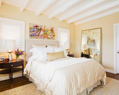 chambre avec un sol en bois fonc et mur beige p os - Chambre Beige Fonce
