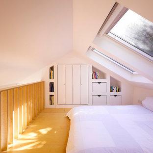 Esempio di una piccola camera da letto moderna