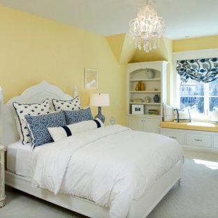 Modelo de habitación de invitados clásica, grande, sin chimenea, con paredes amarillas, moqueta y suelo blanco