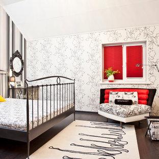 Idée de décoration pour une chambre design avec un mur beige et un sol en bois foncé.