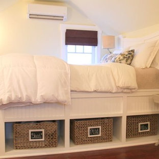 ポートランドの小さいカントリー風おしゃれな主寝室 (黄色い壁、濃色無垢フローリング、暖炉なし)