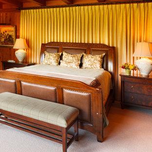 Ejemplo de dormitorio principal, rural, grande, sin chimenea, con paredes marrones, moqueta y suelo blanco