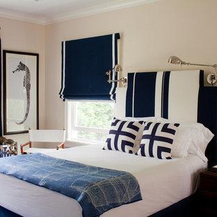 Réalisation d'une chambre bohème avec un mur beige et un sol bleu.
