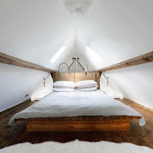 Diseño de dormitorio tipo loft, rural, pequeño, con paredes blancas y suelo de madera oscura