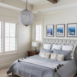 Idee per una camera matrimoniale minimal di medie dimensioni con pareti beige, moquette e nessun camino