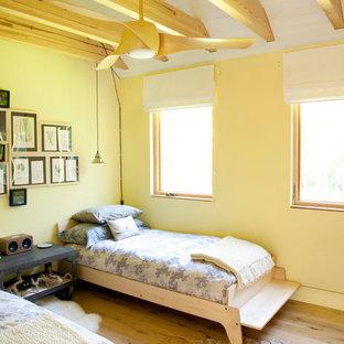 Ejemplo de dormitorio actual con paredes amarillas y suelo amarillo
