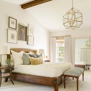 Inspiration pour une grande chambre rustique avec un mur blanc et un sol beige.