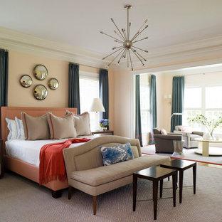 Свежая идея для дизайна: спальня в современном стиле с оранжевыми стенами и ковровым покрытием - отличное фото интерьера