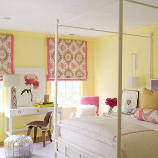 Idée de décoration pour une chambre design de taille moyenne avec un mur jaune et un sol violet.